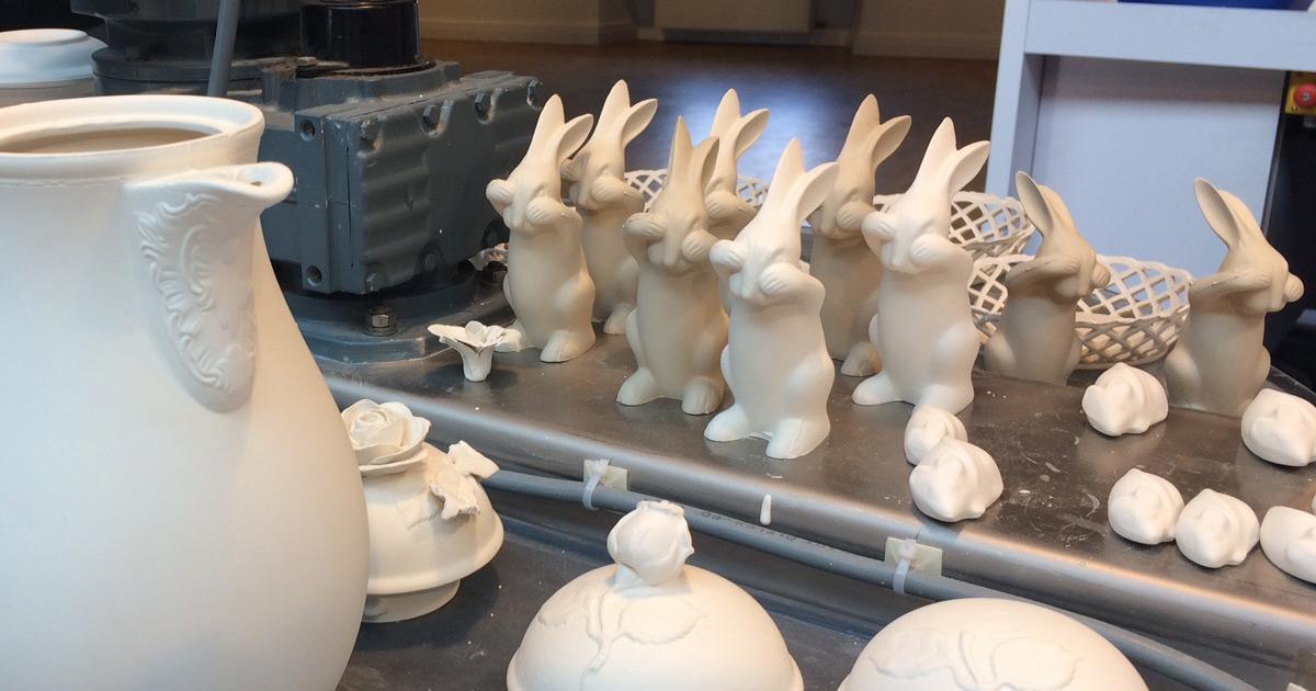 Hasen gießen im Werksverkauf an Ostern