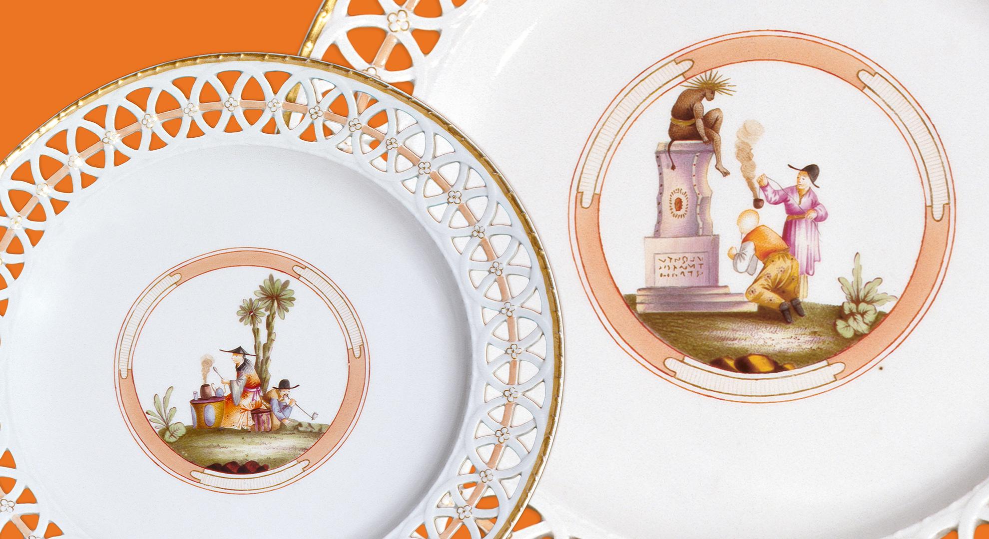 Zwei Bilder mit Handmalerei von Chinesen in der Mitte der Teller, am Rand Durchbruch im Porzellan