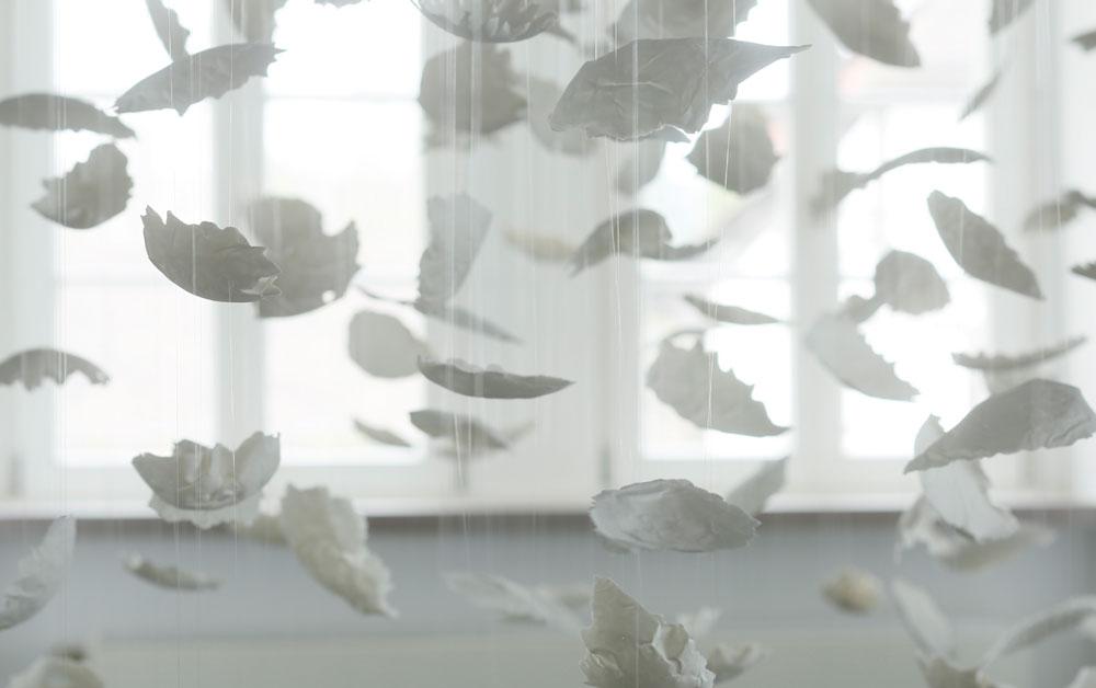 Schwebende Blätter im Raum Sonderausstellung