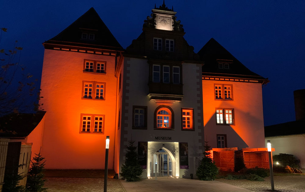 Orange angestrahltes Schloss